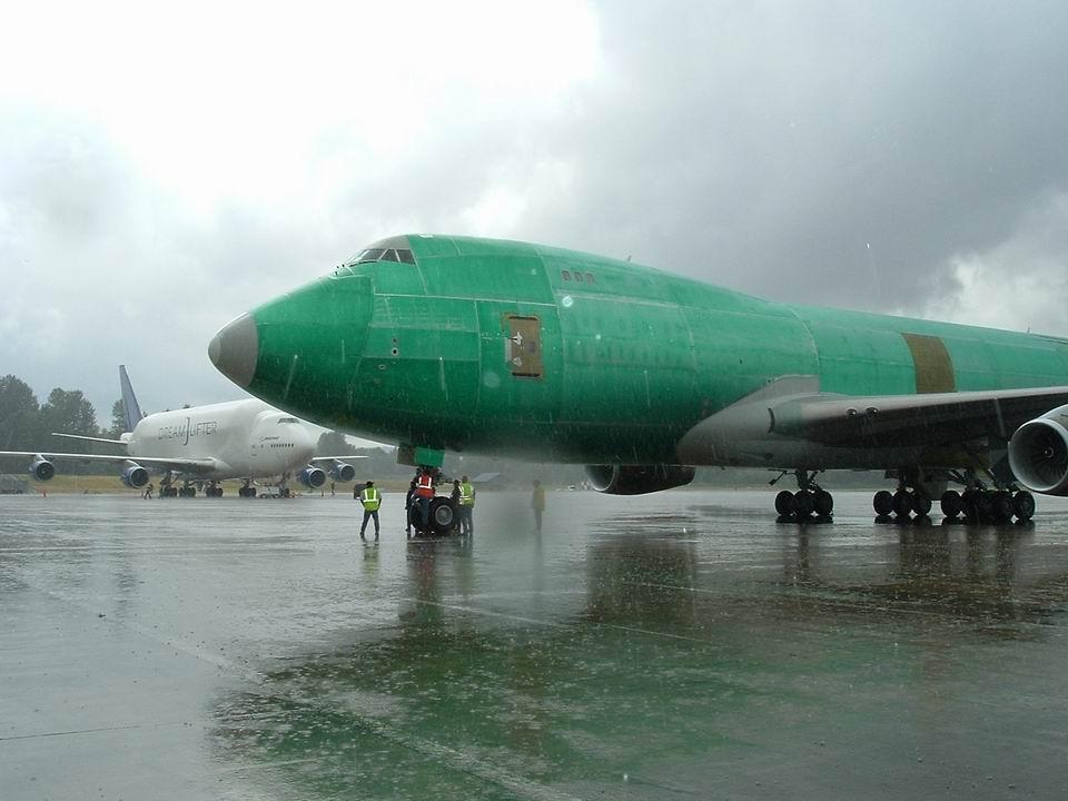 الطائرة أول طلاء يكون باللون الأخضر