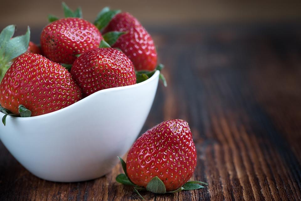 الفراولة تتصدر قائمة أسوأ الفواكه والخضار
