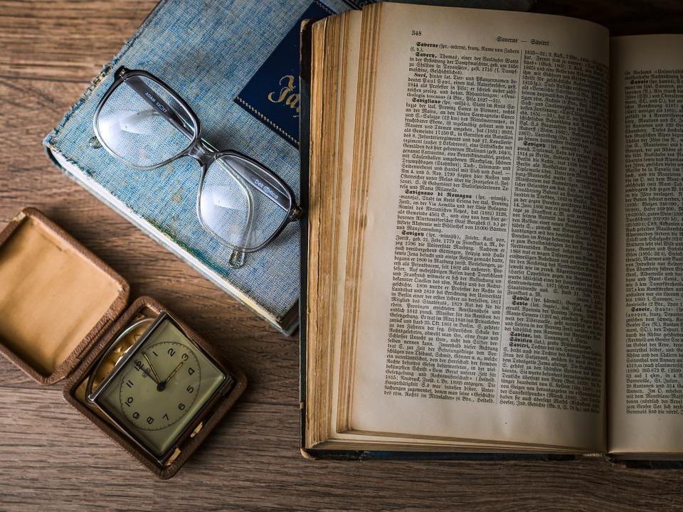 الكتب القديمة يصبح لونها أصفر