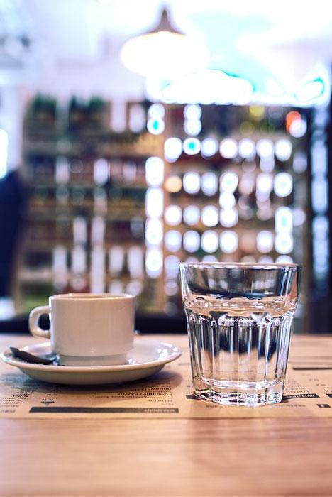 ما السر وراء تقديم كأس من الماء مع القهوة