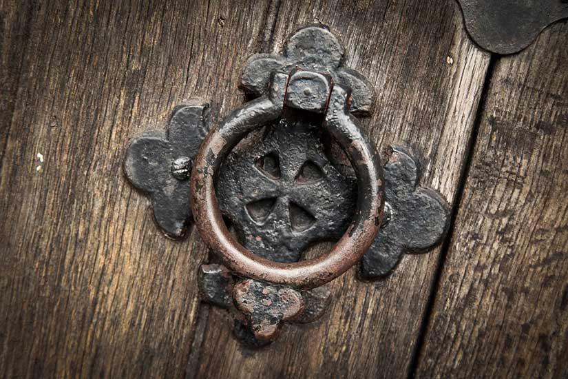 قصة دق على الخشب