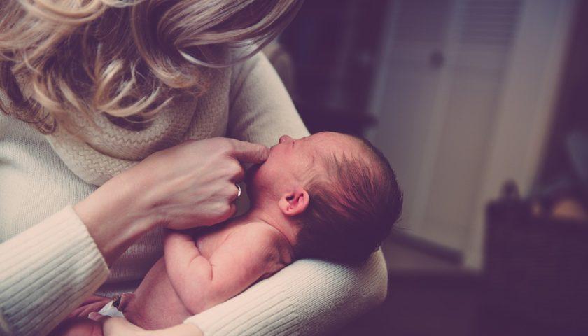الحازوقة عند الرضع تجنبي هذه الطرق لازالتها! وإليك علاجها السريع؟