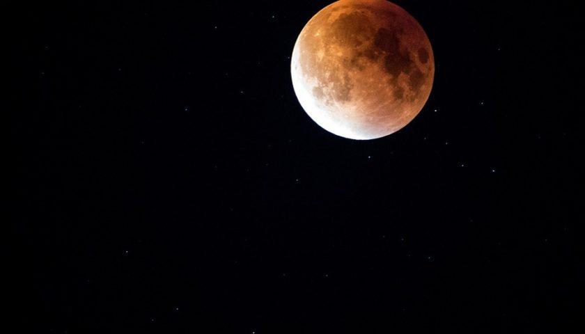 خسوف القمر الدموي شبه مكتمل